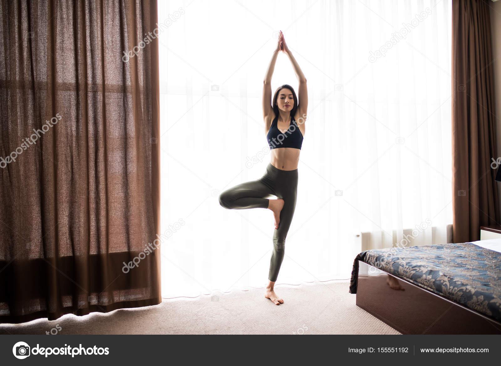 af440b569 Desempenho ioga mulher pose no chão em home studio - Pilates