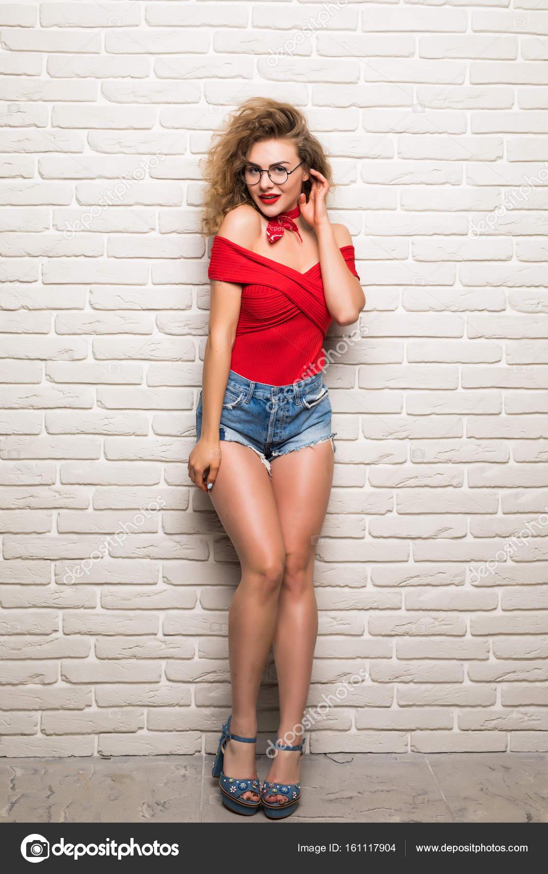 7556357e28d Ολόσωμο πορτρέτο του ελκυστική νεαρή γυναίκα σε casual ρούχα βλέπουν  φωτογραφική μηχανή και χαμογελαστός — Φωτογραφία