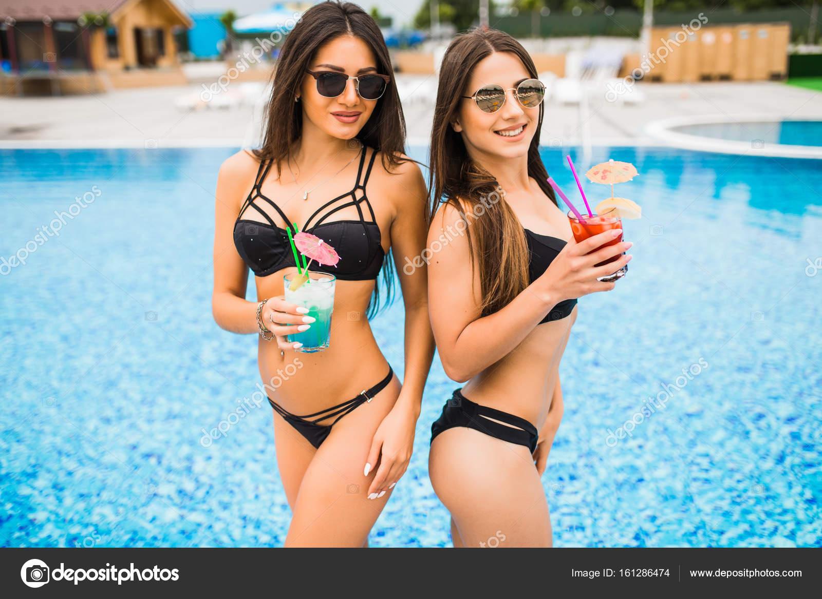 Фото девушек в купальниках длинных мужчины дрочат видео