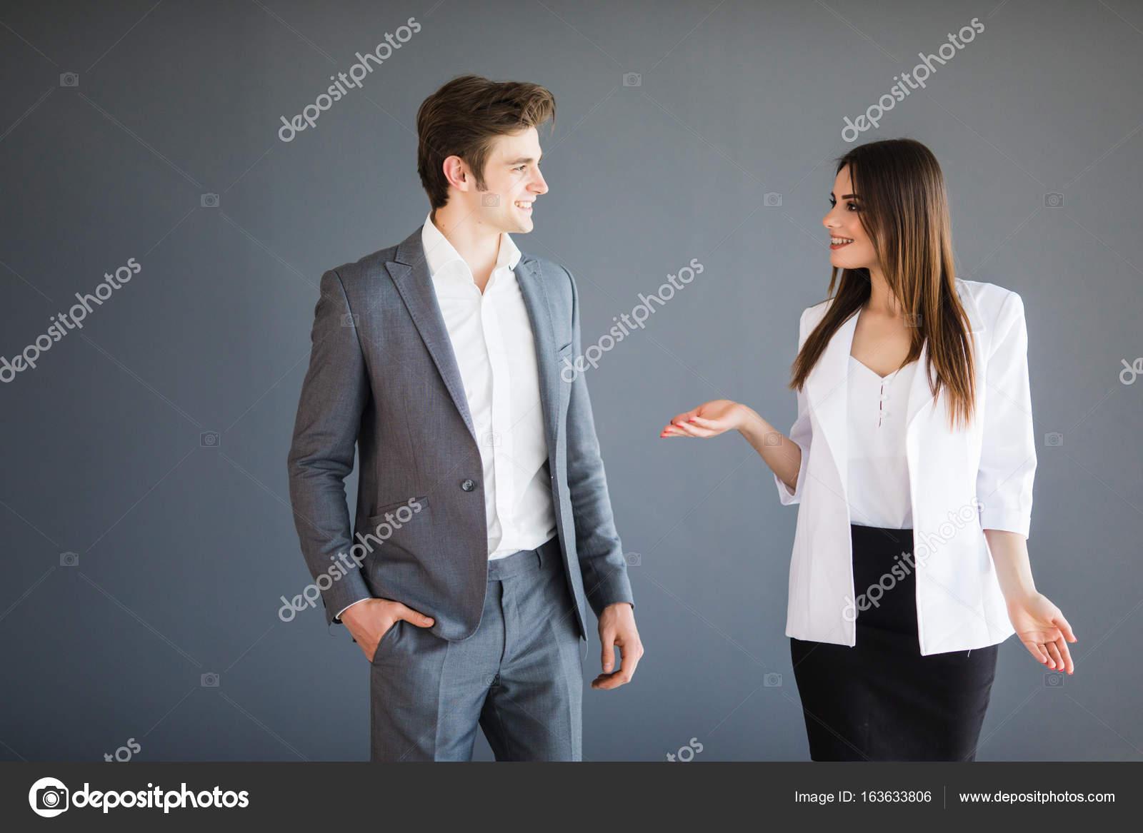 Frau zeigt etwas Abstraktes zu ihrem Geschäftspartner. Textfreiraum ...