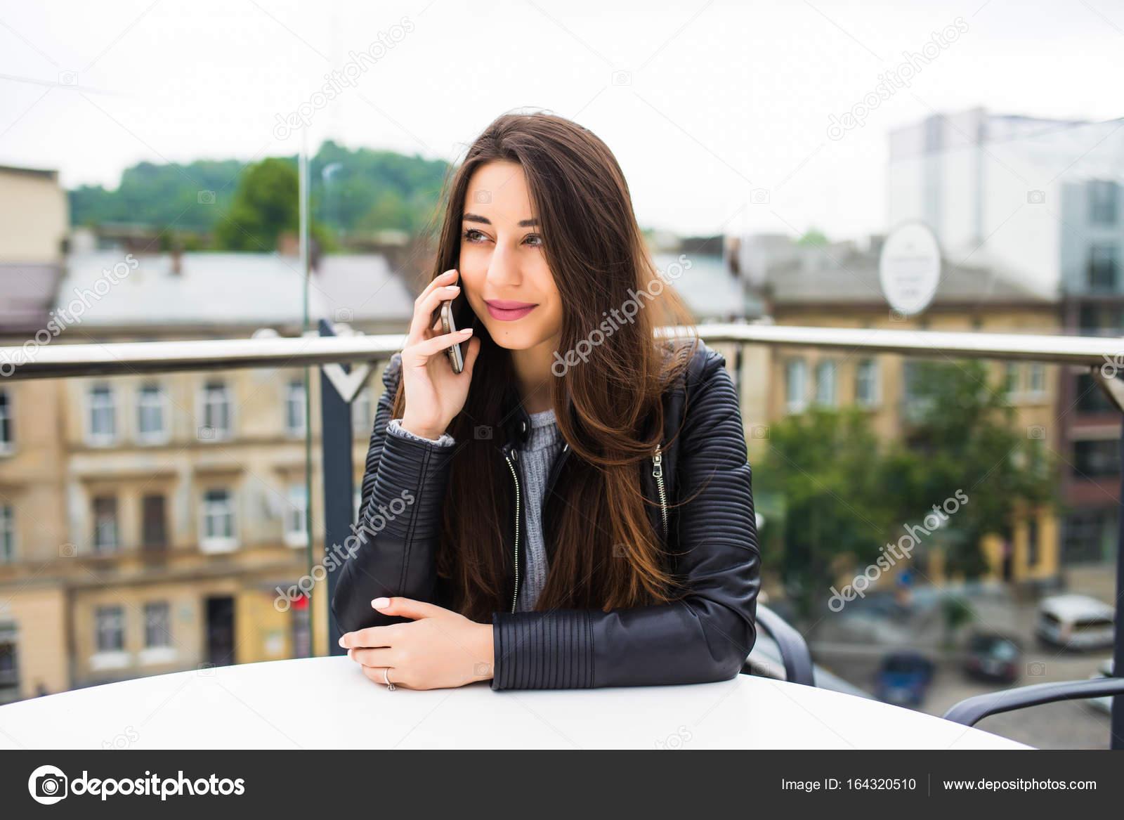 Portrait de la belle jeune femme en terrasse de café, relaxant à l aide de  téléphone intelligent, à l extérieur de conversation téléphonique. Femme de  mode ... 7738eb1fcd2b