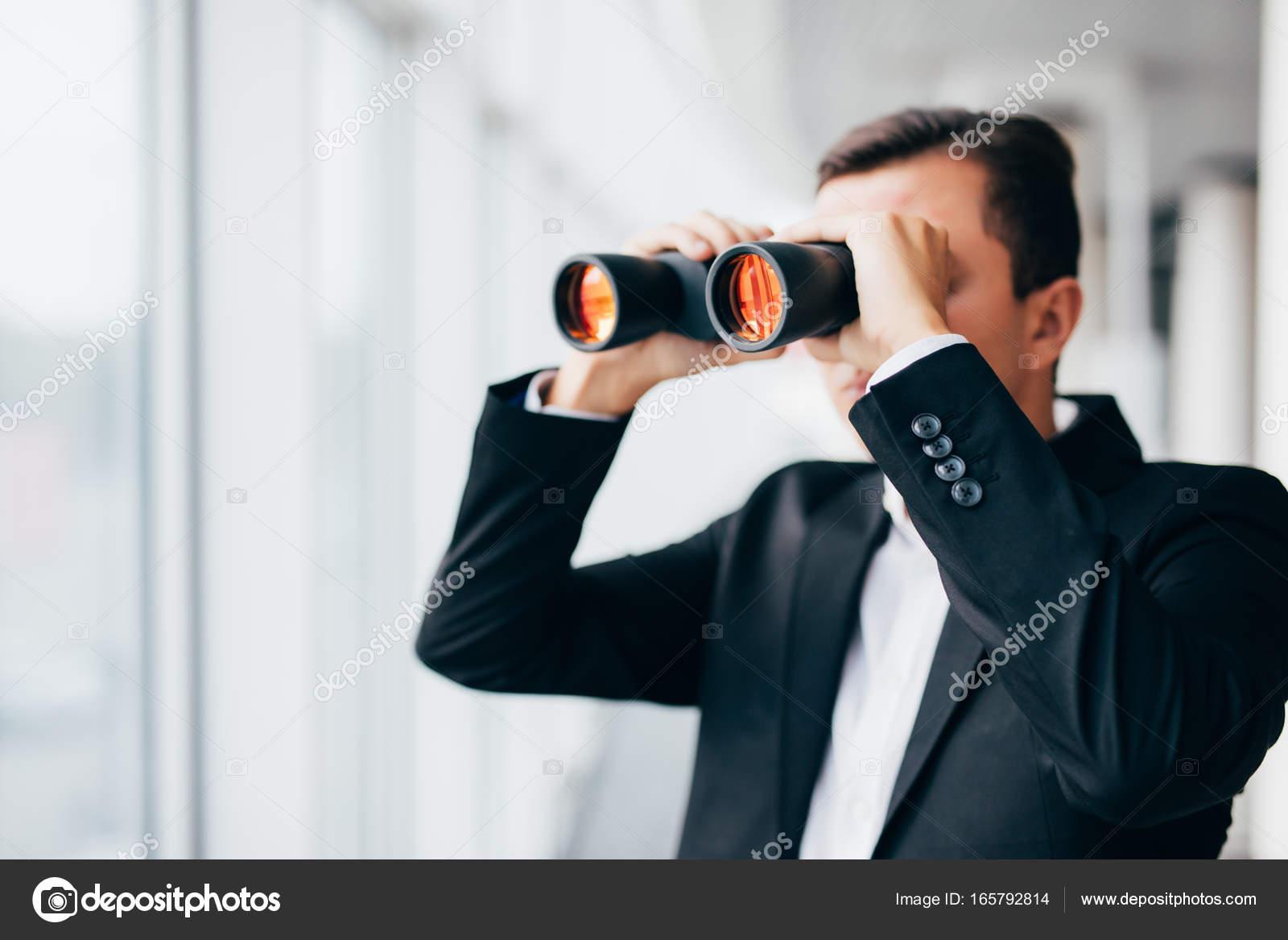 Look Ufficio Uomo : Uomo d affari americano utilizzando il binocolo sguardo in windows