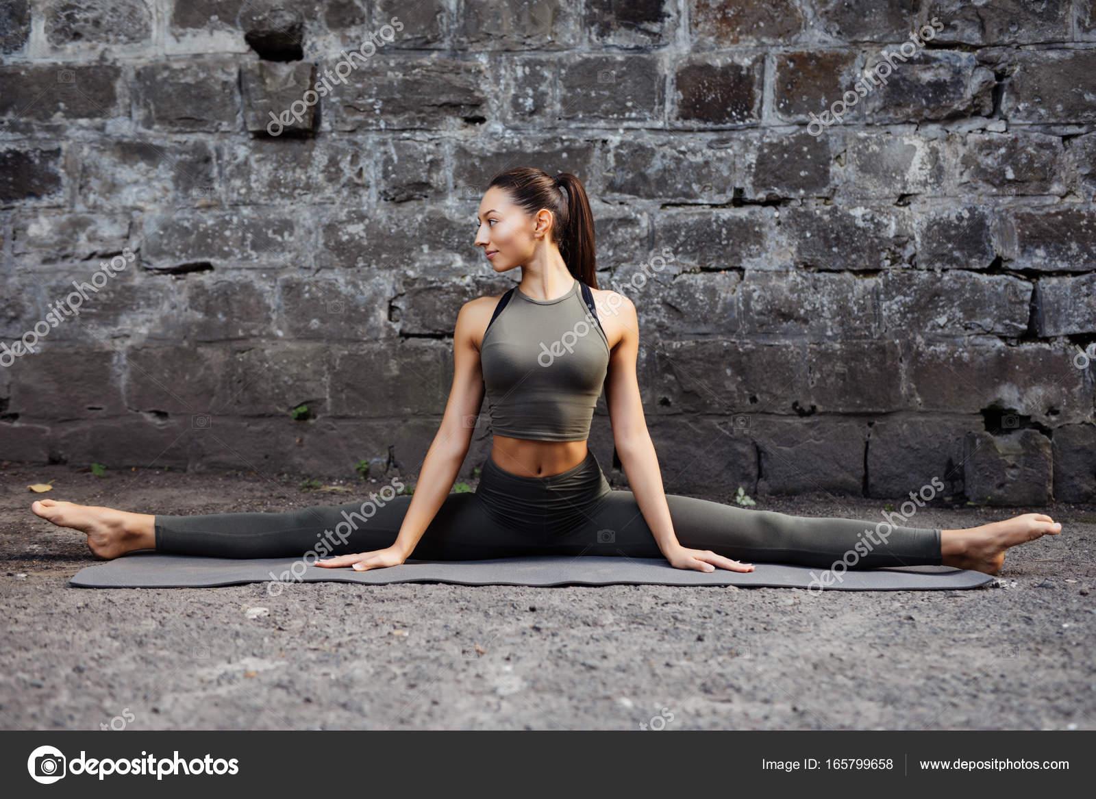 Sportive belle jeune femme pratiquant l yoga hanumanasana travailler ... ed7d7ce1274