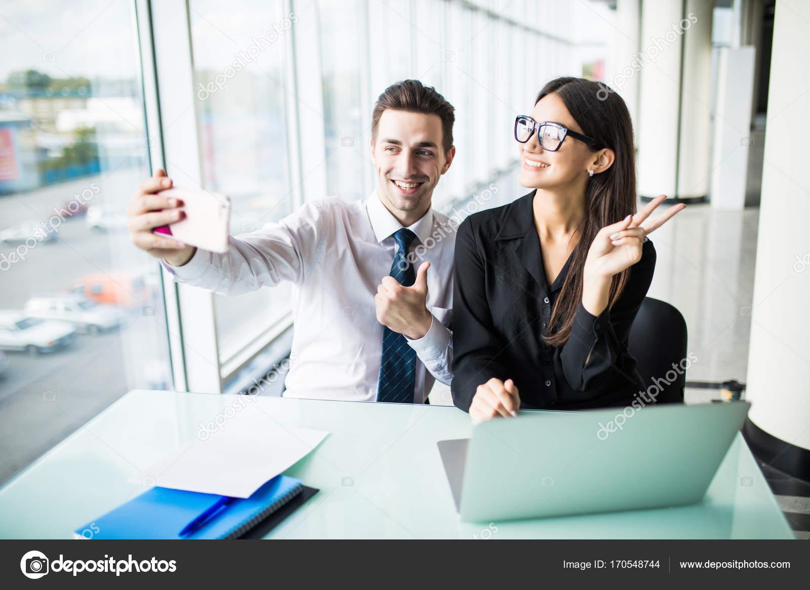 Ufficio Lavoro : Due genti di affari prendendo un selfie in ufficio lavoro e