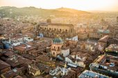 Photo Aerial view of Bologna, Italy at sunset. Colorful sky over the historical city center and old buildings