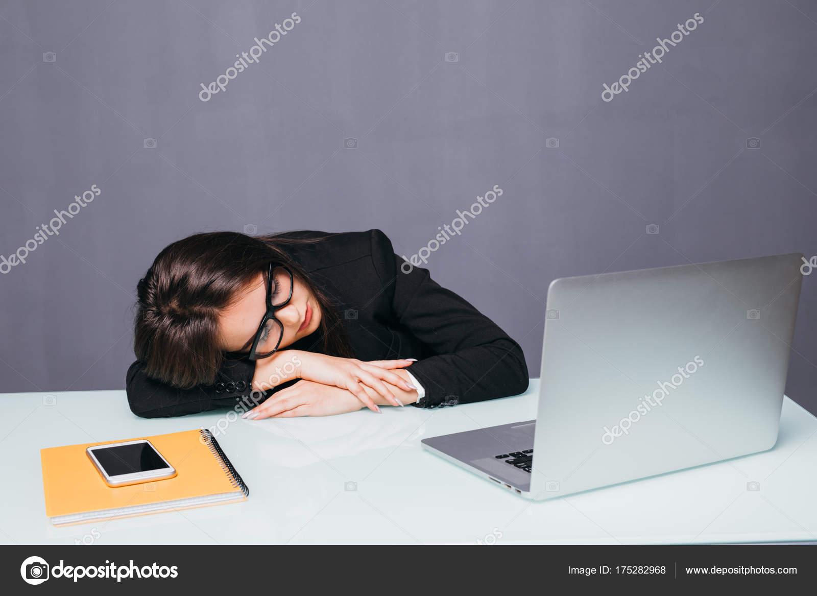 Fatigué de femme d affaires beau dormir sur son bureau dans son