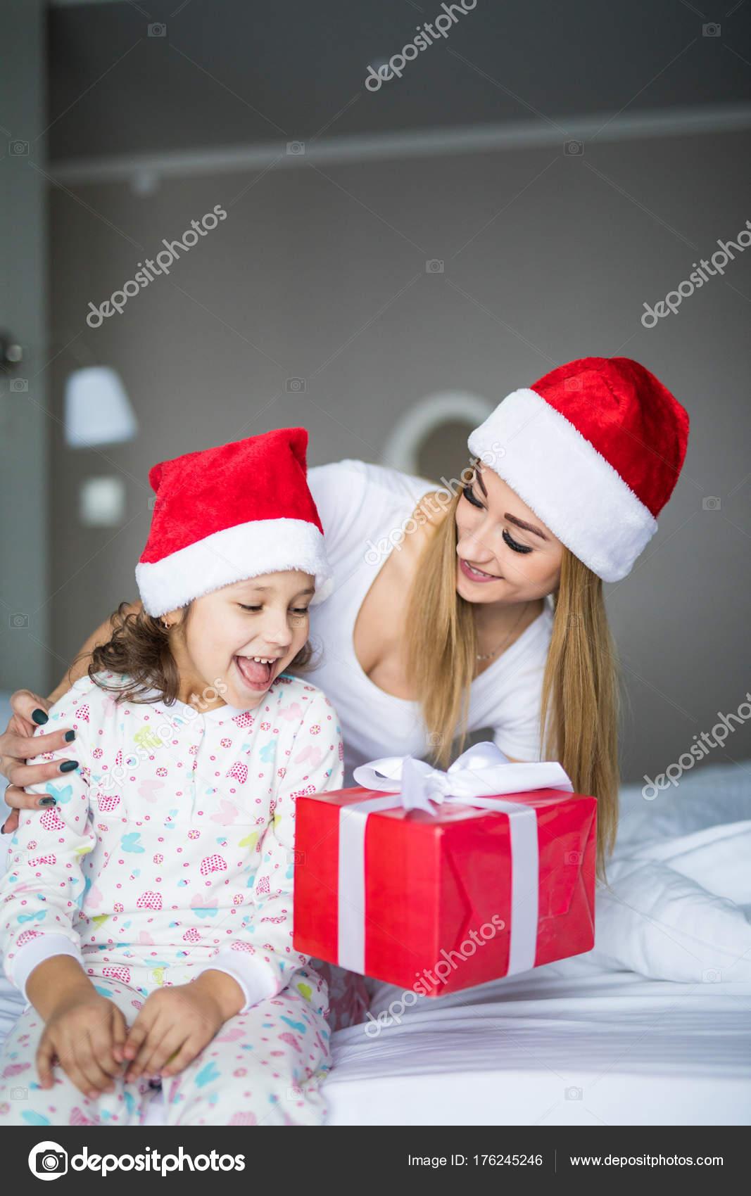 d781e2c1e748a heureuse mère et fille enfant en chapeaux d assistance santa avec ...