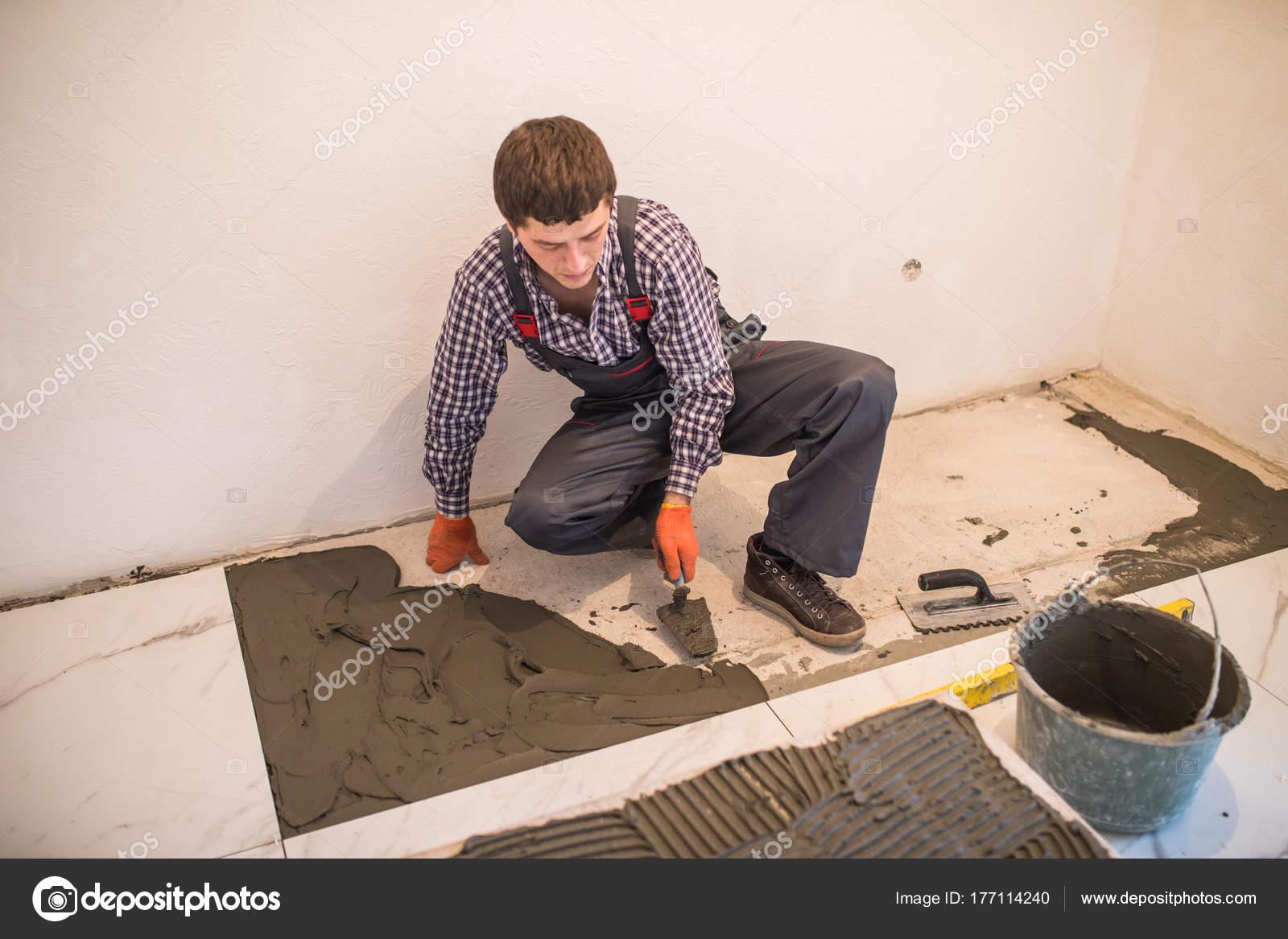 Posa di piastrelle ceramiche. piastrella per pavimento ceramica