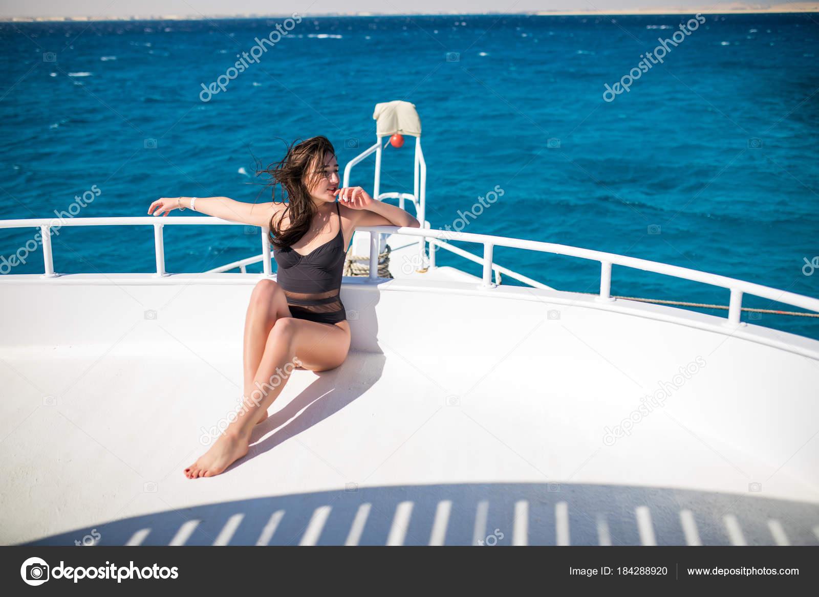 ca0d1879419 Νέοι σέξι γυναίκα χαλαρώσουν σκάφος στη θάλασσα. Όμορφη ...