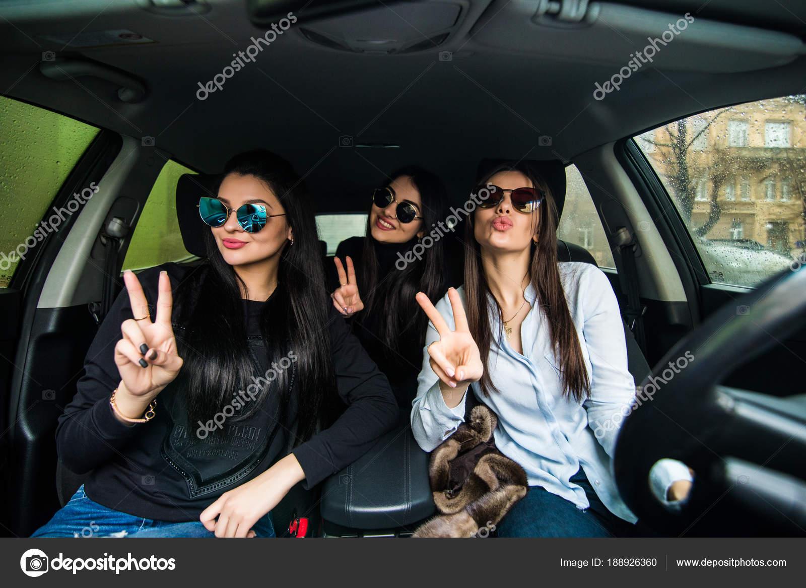 Drei Schöne Freundinnen Machen Peace Zeichen Beim Sitzenden Auto