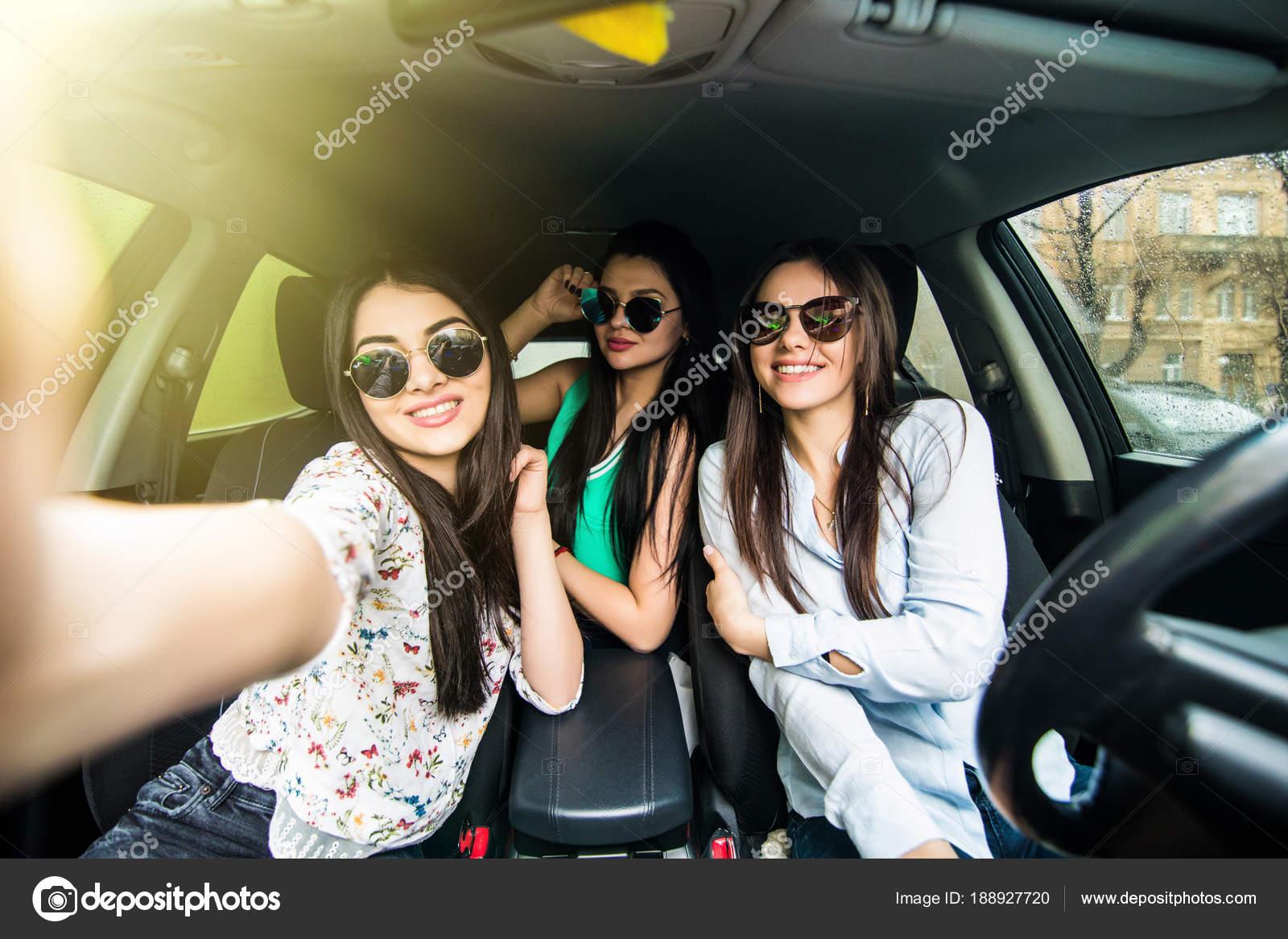 Drei Junge Fröhliche Frauen Machen Selfie Und Lächelnd Beim Sitzen
