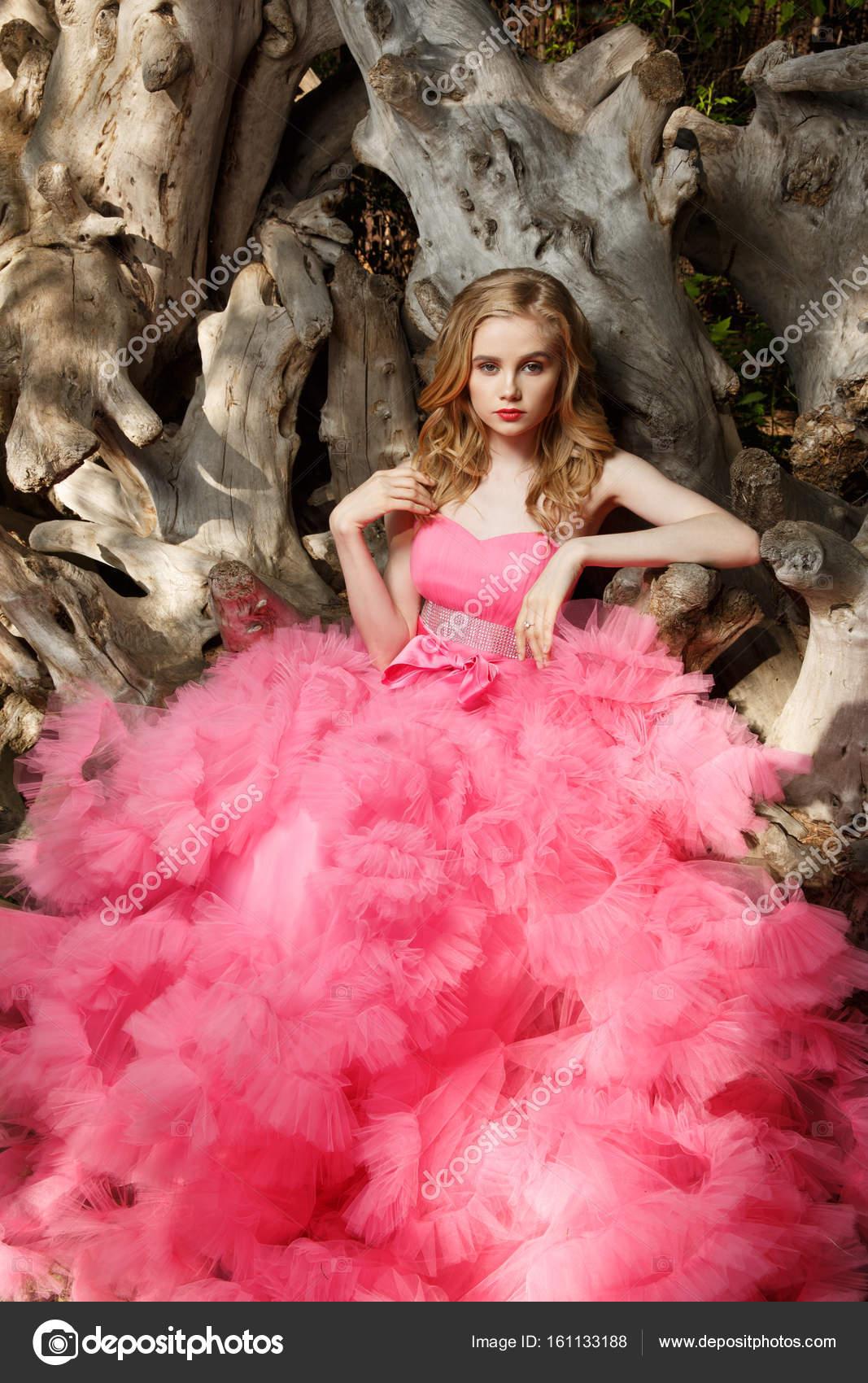 Hermoso, encantador Vestido de noche de mujer joven con rubios ...