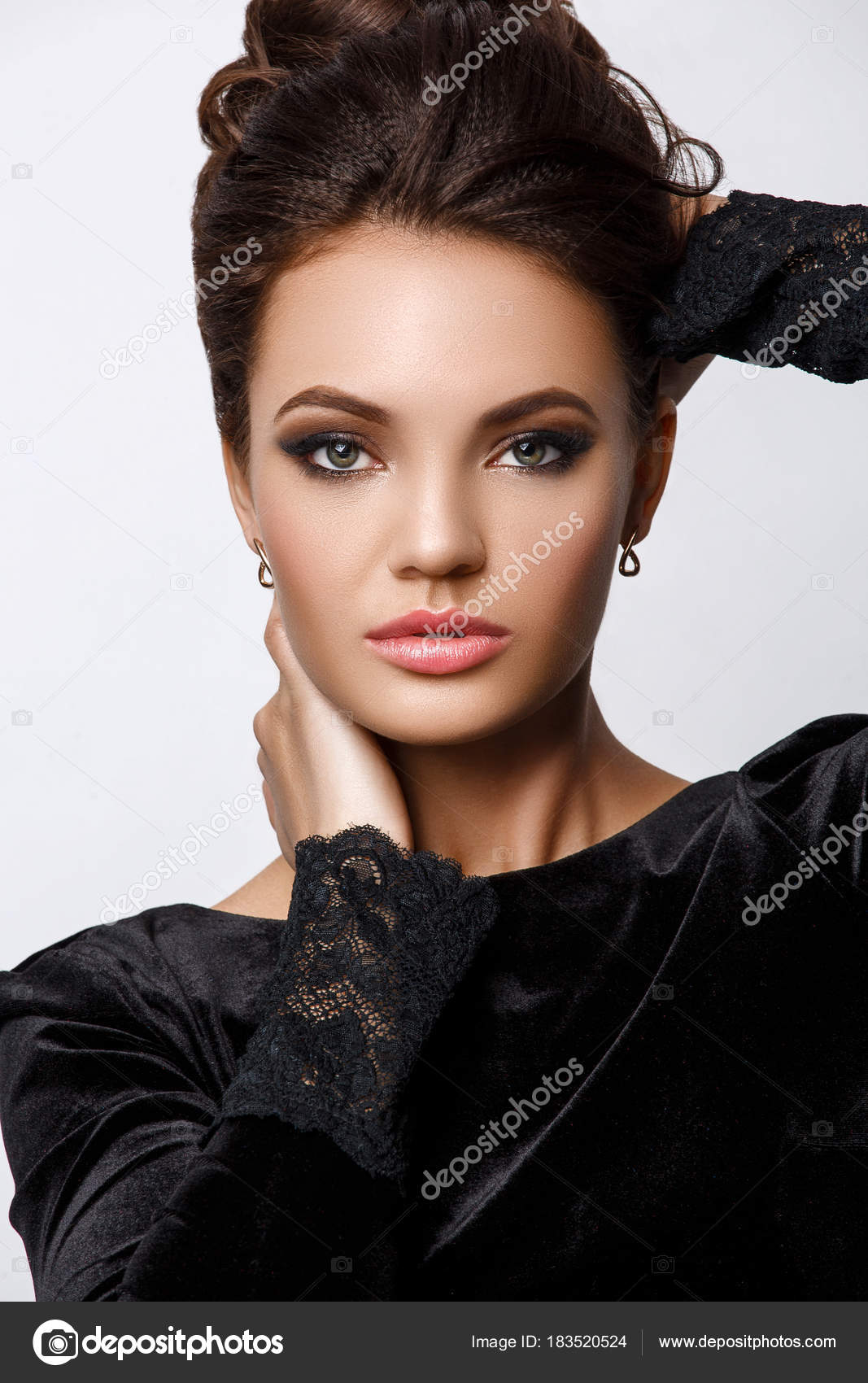 Retrato Estudio Hermosa Atractiva Mujer Joven Con Maquillaje Noche