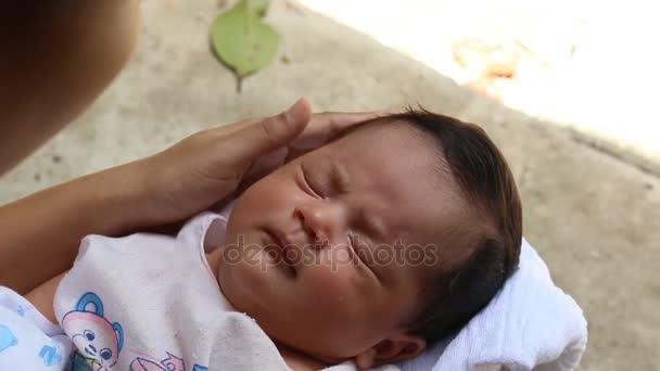Matka se postarat baby novorozence