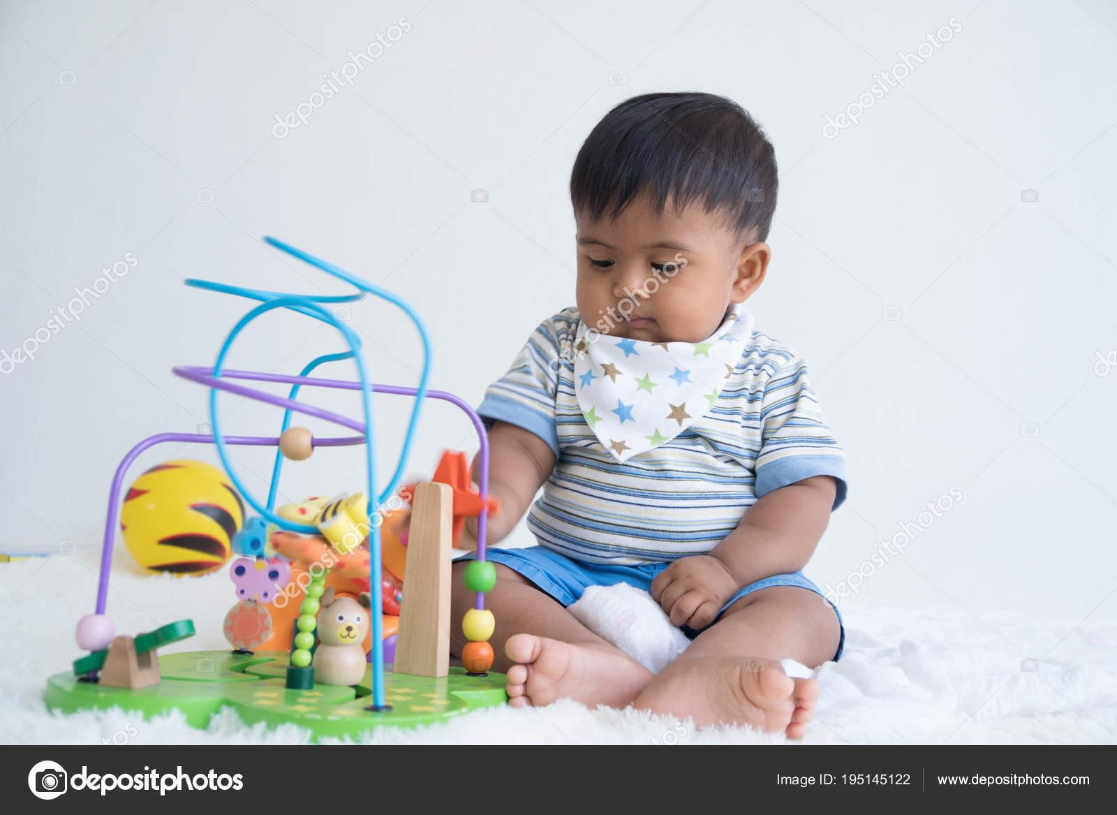 Bebek Bakıcılığı Ve Ahşap Oyuncak Odak Oyuncak Oyun Stok Foto