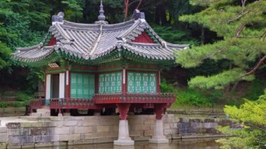 Buyongjeong pavilon a Buyeongji rybník v Huwon (Secret Garden) Changdeokgung Palace. Soul, Jižní Korea