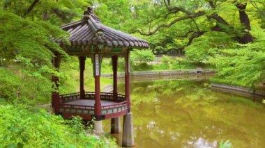 Pavilon a rybník v Huwon (Secret Garden) Changdeokgung Palace. Soul, Jižní Korea