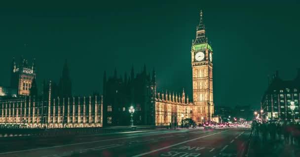 Palace of Westminster v noci s Big Ben populární památkou v Londýně, Velká Británie