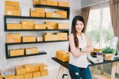 Photo Young Asian small business owner at home office, online marketing packaging and delivery scene, startup SME entrepreneur or freelance woman working at home concept