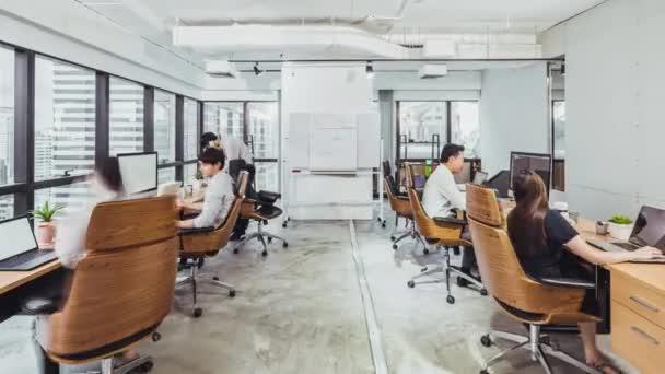 4K time-laps mladých dospělých asijských podnikatelů pracují společně v úřadu, přiblížit. Lidé pracující život, firemní pracoviště, týmová práce, finanční nebo marketingový tým setkání koncept konference