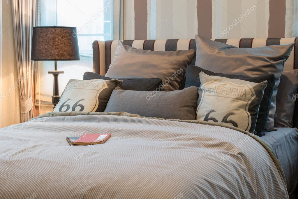 interno accogliente camera da letto con cuscini marroni scuri e ...