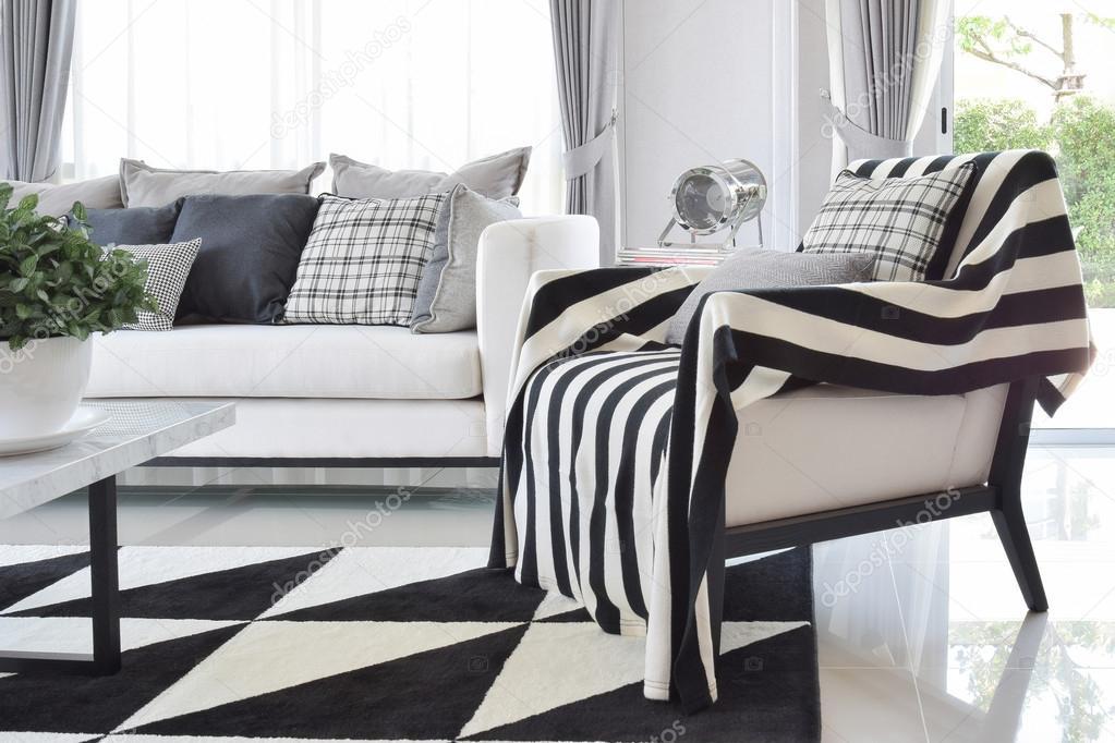 interno moderno del salone con motivo a quadri bianco e nero cuscini ...