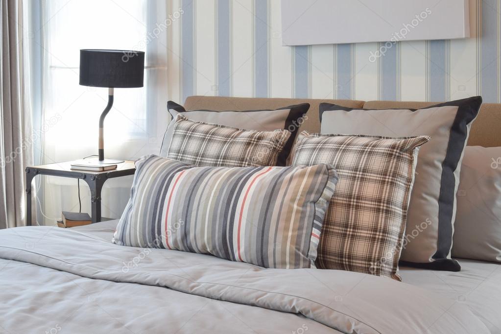 Elegante camera da letto interior design con cuscini a righe ...