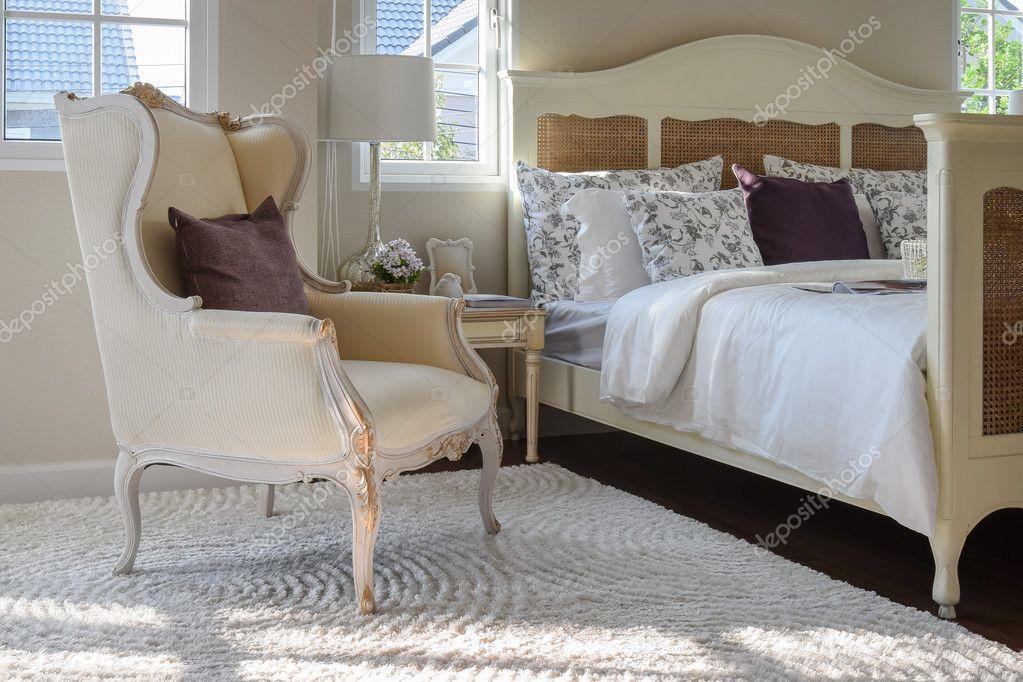Vintage Stijl Slaapkamer : Klassieke stoel met bruin kussen op tapijt in de slaapkamer van de