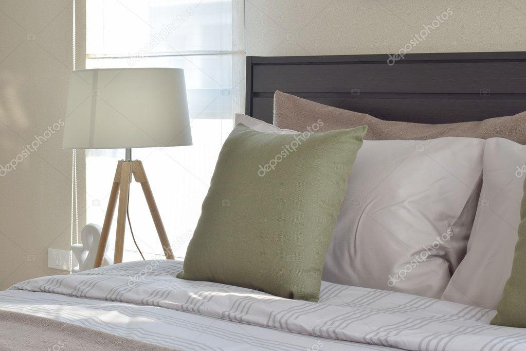modern hálószoba belső zöld párna és a fa dekoratív lámpa ...