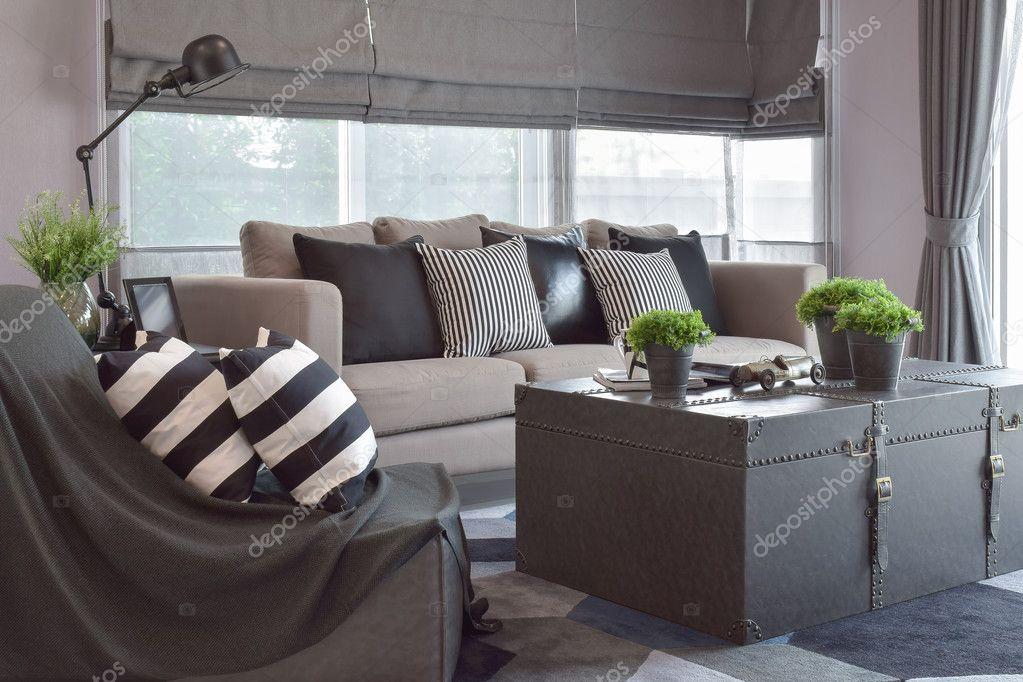 Gestreifte Und Schwarze Leder Kissen Auf Dem Sofa Im Wohnzimmer Im Modernen Industriellen  Stil U2014 Foto Von WorldWide_Stock