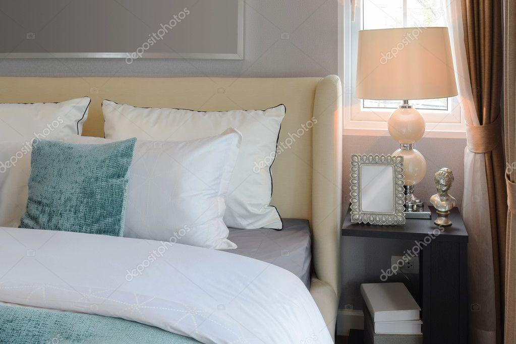 arredamento camera da letto con cuscini bianchi e verdi sul letto ... - Cuscini Camera Da Letto
