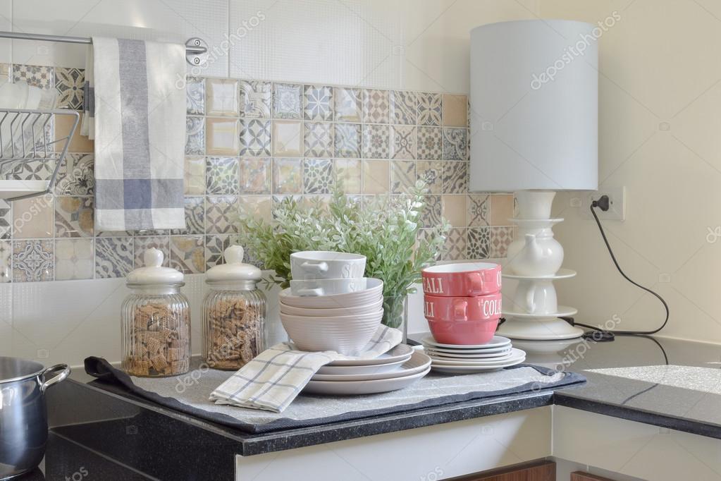 moderni utensili da cucina in ceramica e utensili sul piano in ...