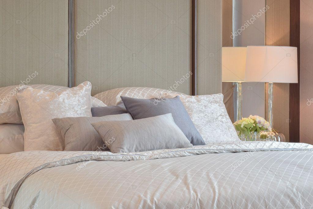 Interiore della camera da letto classica con cuscini e ...