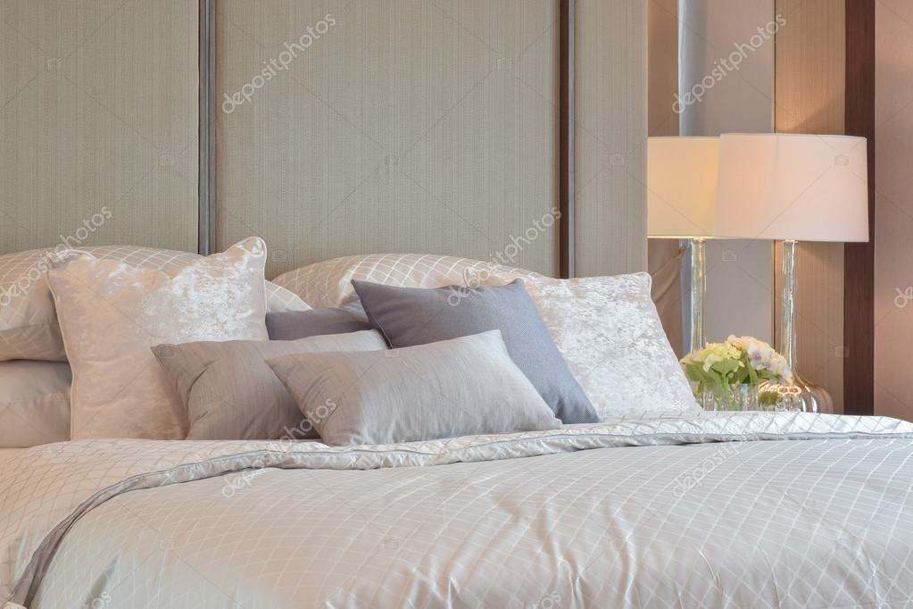 klassieke slaapkamer interieur met kussens en leeslamp op nachtkastje stockfoto