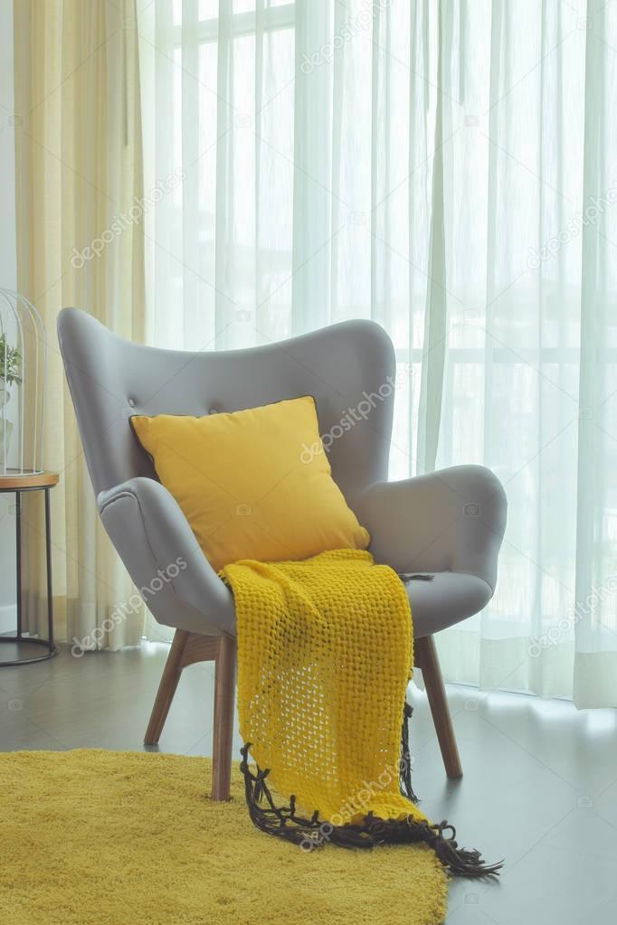 Gelbes Tuch Und Gelben Kissen Einstellung Auf Grau Easy Sessel Im