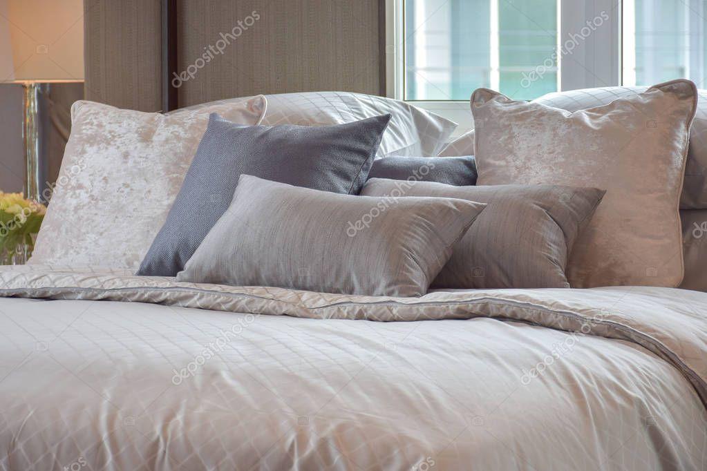 https://st3.depositphotos.com/6200870/13004/i/950/depositphotos_130045132-stockafbeelding-klassieke-slaapkamer-interieur-met-kussens.jpg