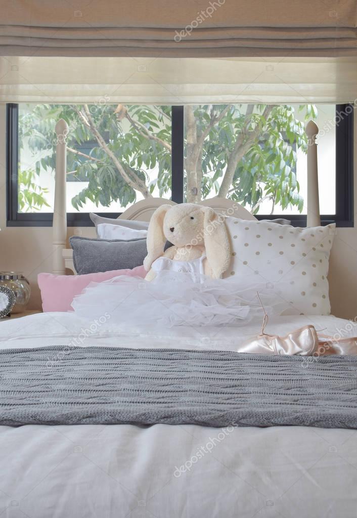 Madchenzimmer Mit Ballettschuhen Und Puppen Auf Bett Zu Hause