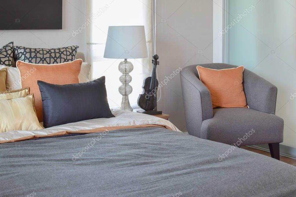 Interiore della camera da letto moderna con cuscino - Camera da letto grigio ...