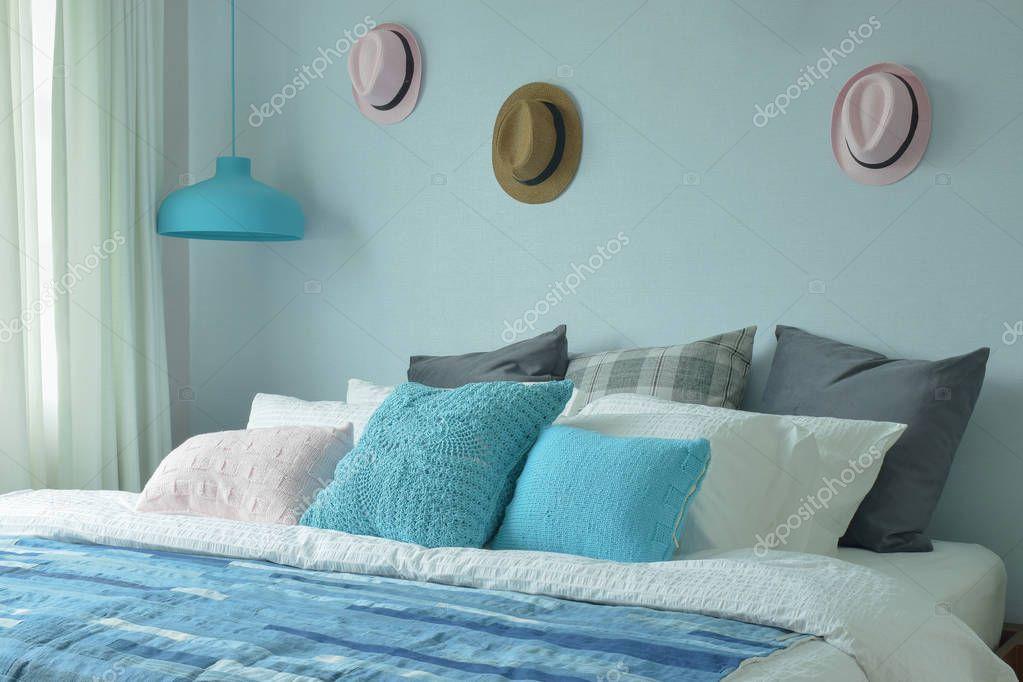 Tiener Slaapkamer Kleuren.Blauwe Kleur Regeling Tiener Slaapkamer Met Hoeden Op Wanddecoratie