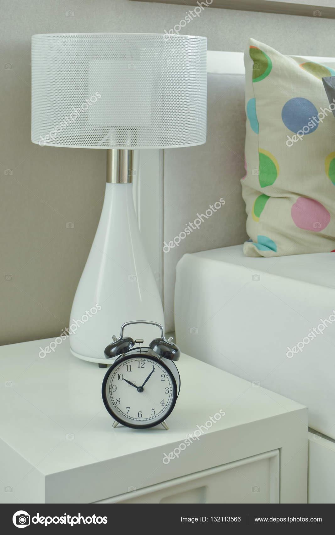 Klok en witte lamp op het nachtkastje in woonkamer — Stockfoto ...