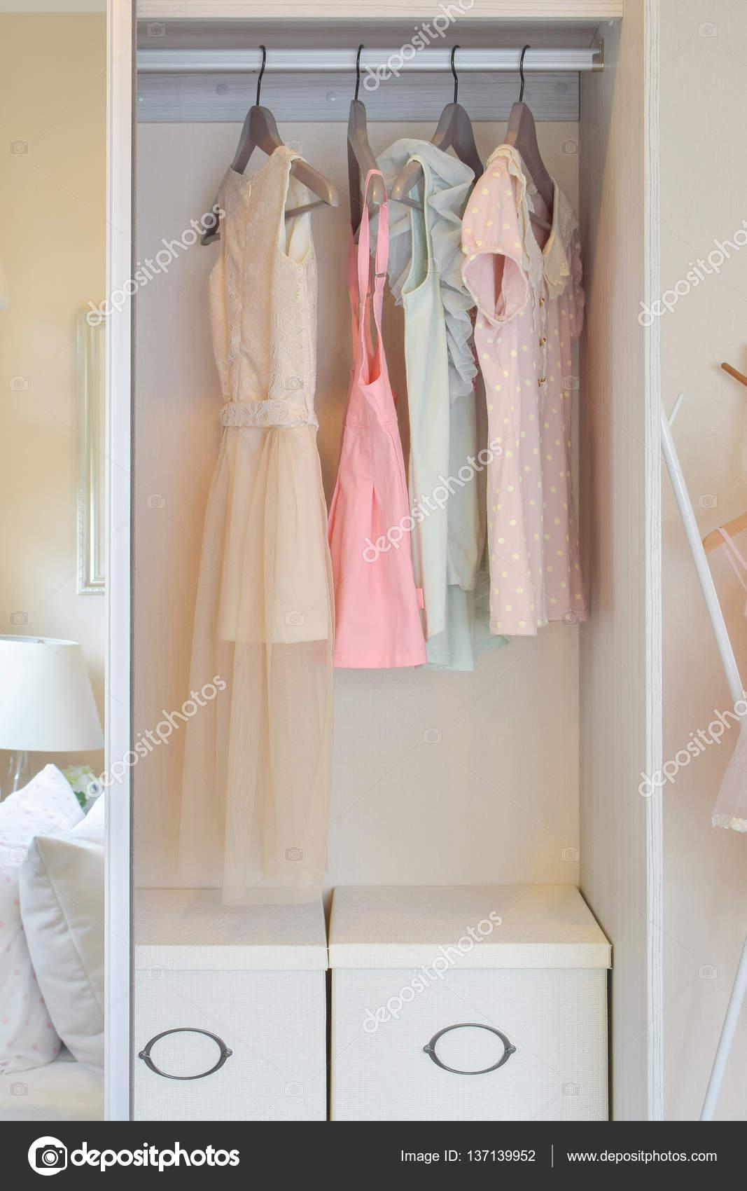Reihe von bunten Kleid Kleiderbügel in weißer Kleiderschrank ...