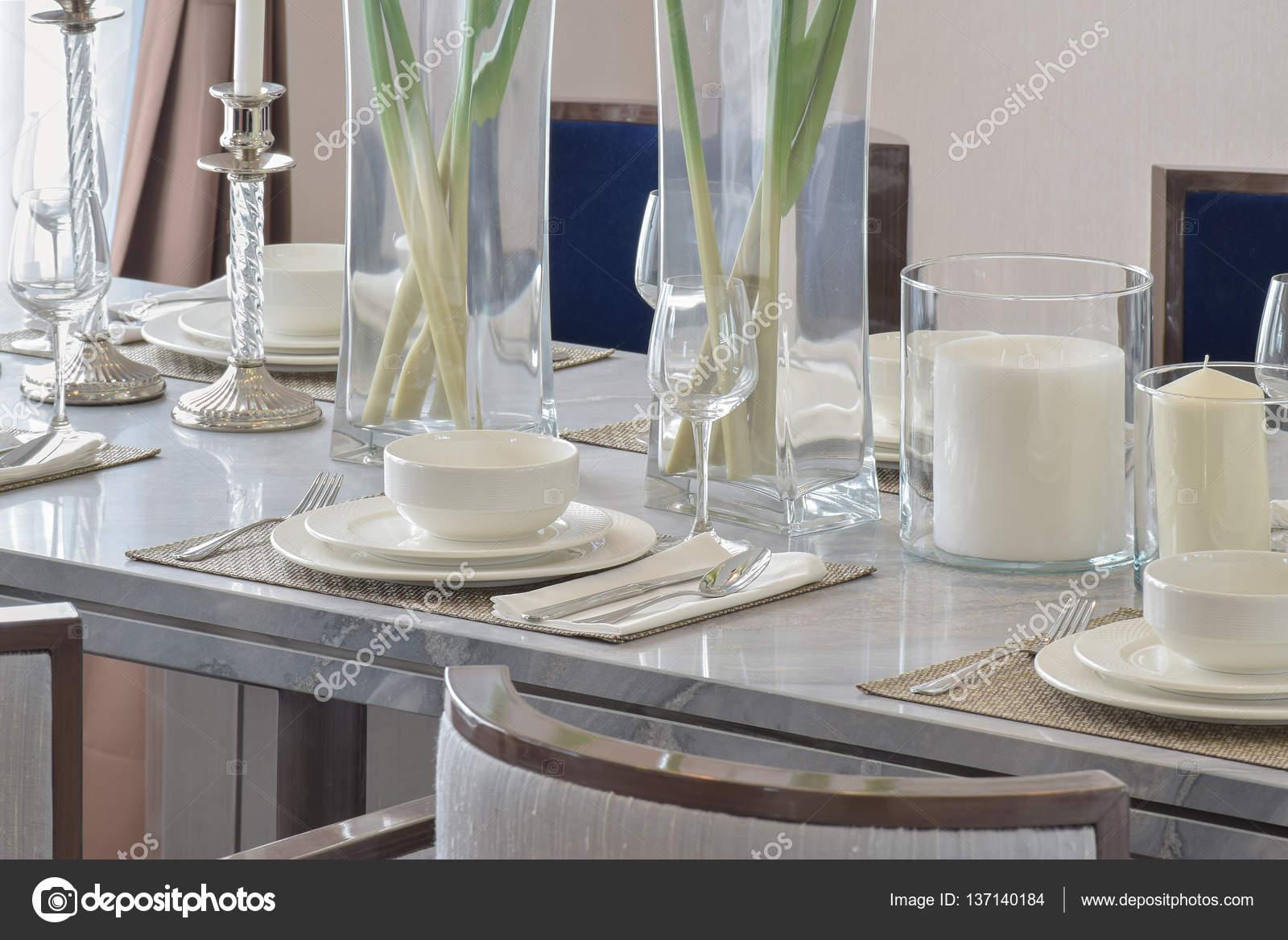 Elegante tavolo impostare sul tavolo da pranzo in marmo interno