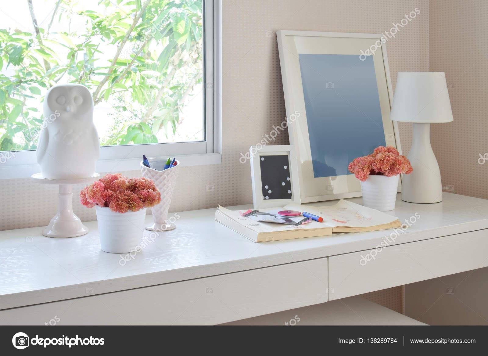 Kleur potloden en schetsboek op houten tafel in de kinderkamer