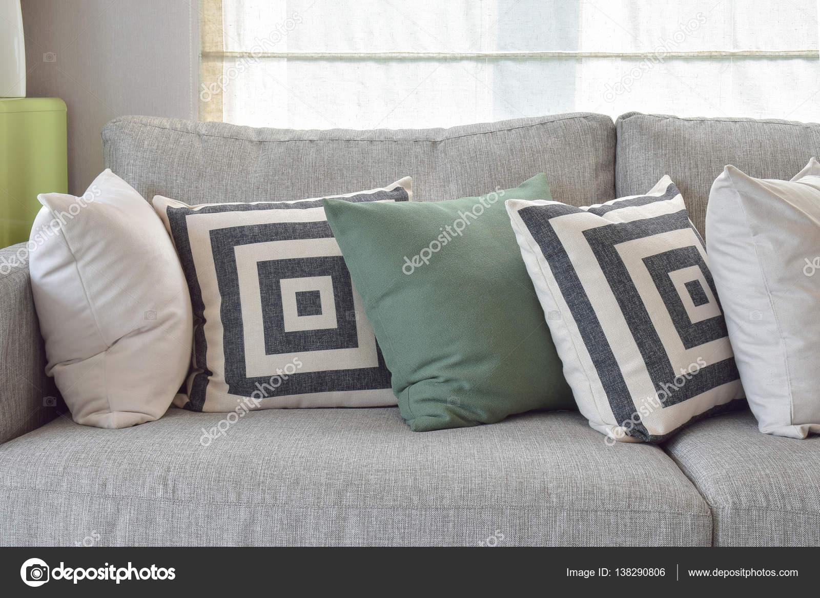 Retro Poduszki Na Przytulne Szara Sofa W Salonie Zdjęcie Stockowe