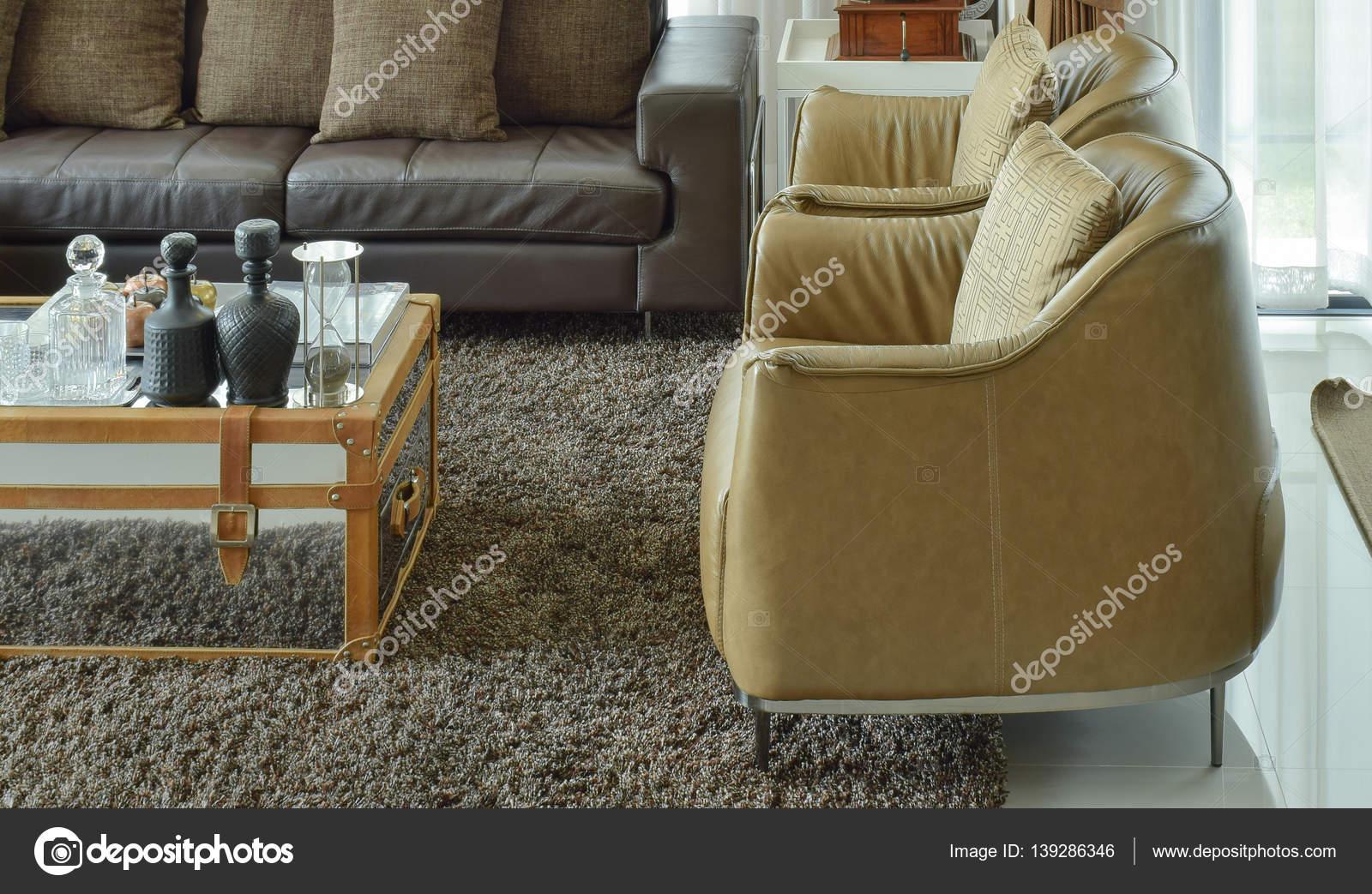 Divano in pelle marrone scuro nel soggiorno con zona tappeto e