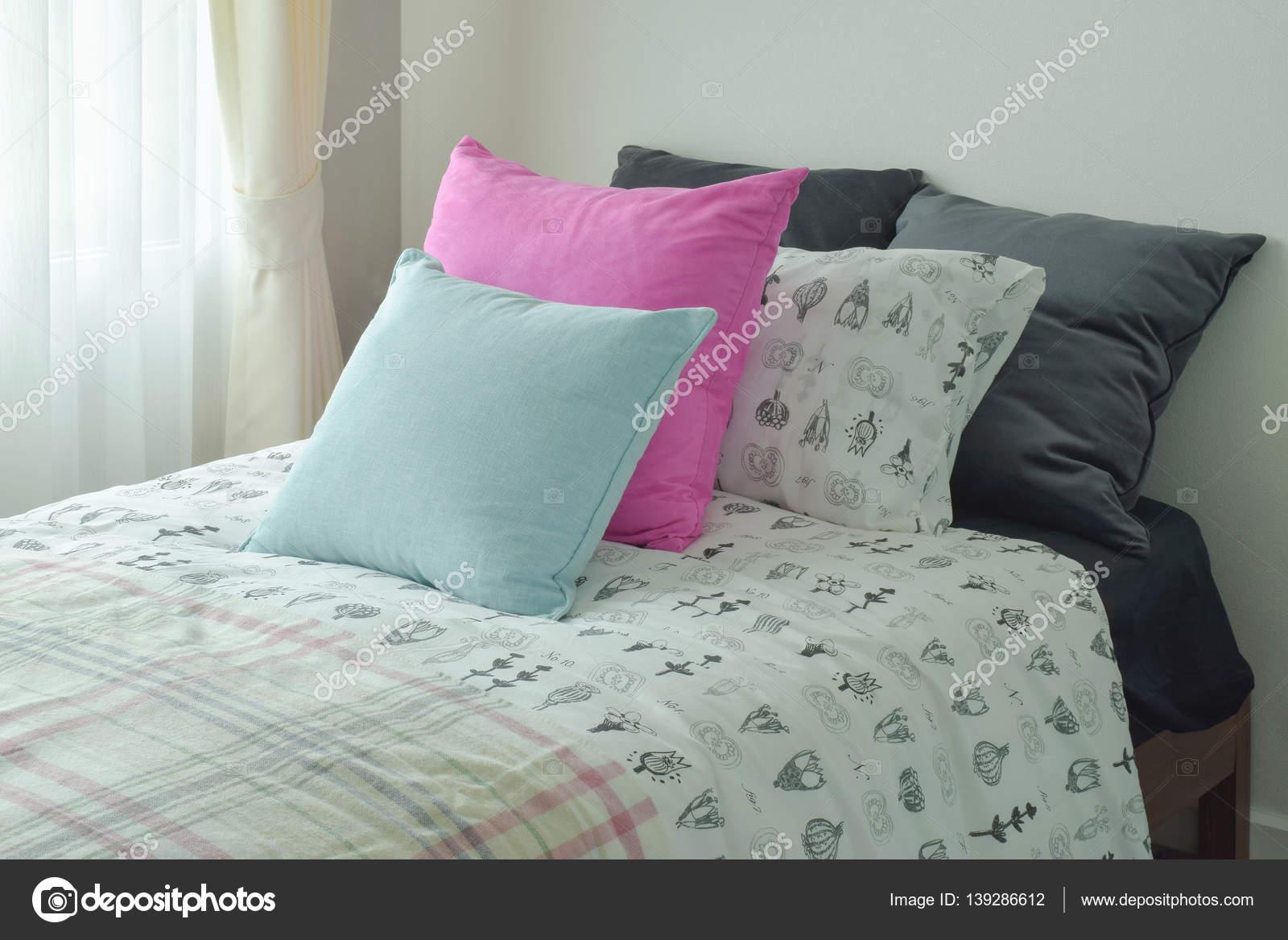 Luce blu e rosa cuscino dimensioni letto singolo u foto stock