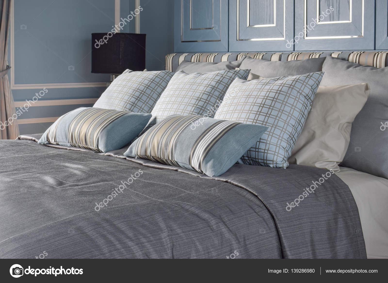 Camera da letto stile romantico blu chiaro con pattern e texture di ...