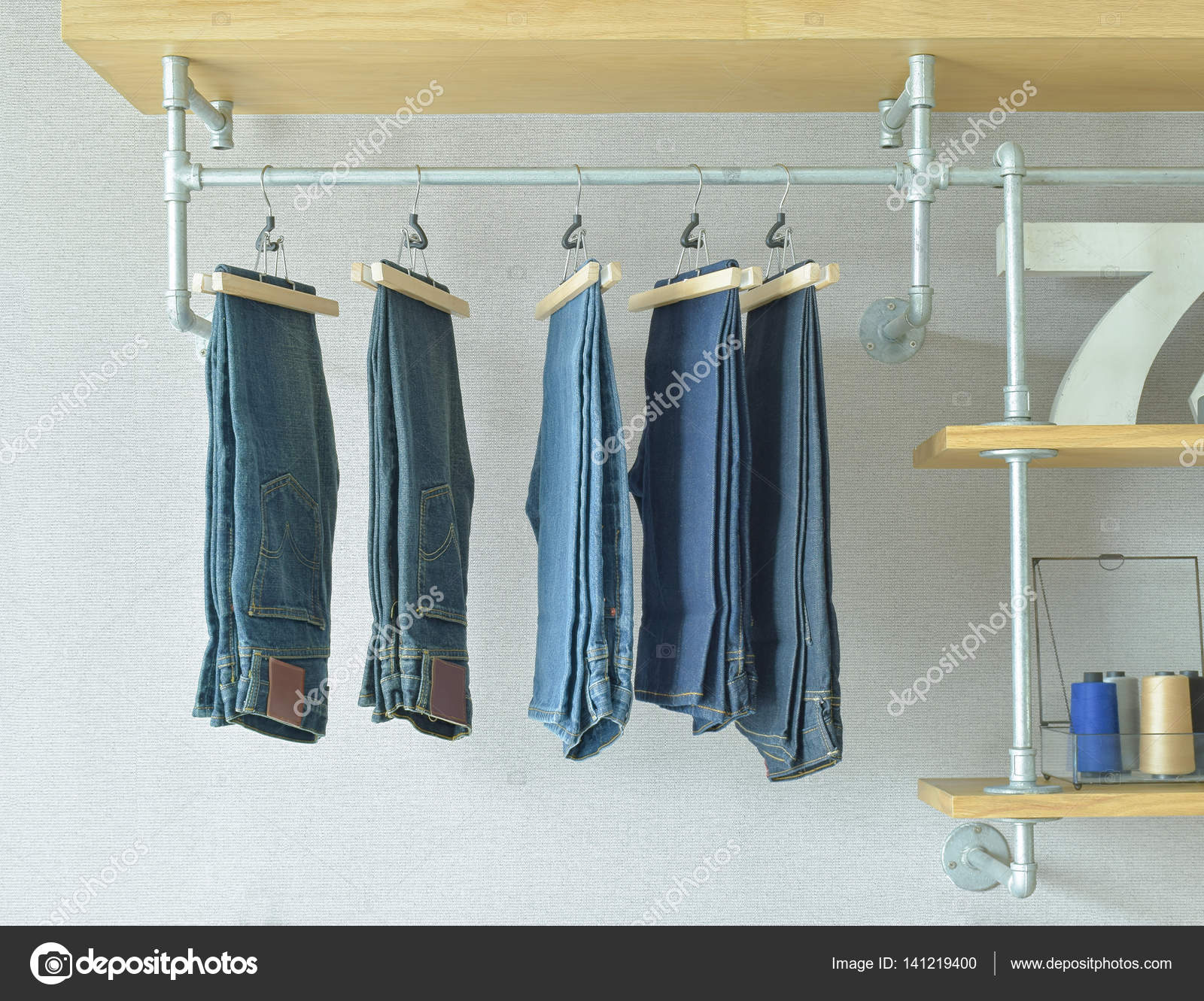 Cabina Armadio Industriale : Jeans appeso in stile industriale cabina armadio u2014 foto stock