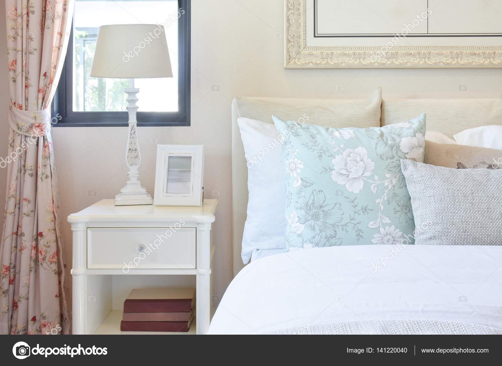 Lamp Slaapkamer Nachtkastje : Vintage slaapkamer interieur met het lezen van de lamp en foto