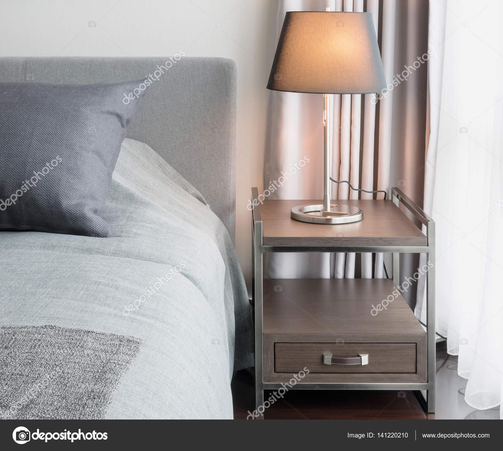 elegante camera da letto interior design con lampada da tavolo ...